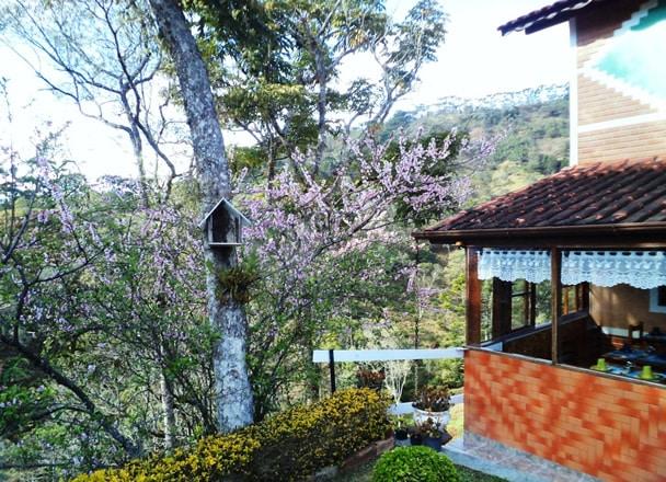 Chalé da pousada na vila da Maromba entre jardim