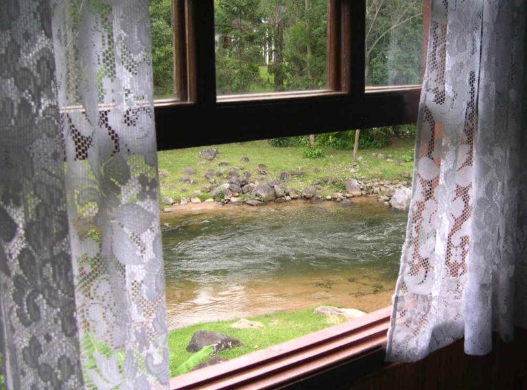 Janela aberta com vista do rio