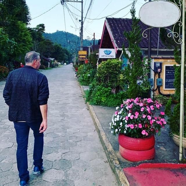 Homem andando na vila de Maringá