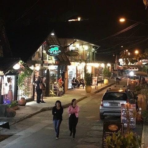 Vila de Maringá a noite com pessoas passeando