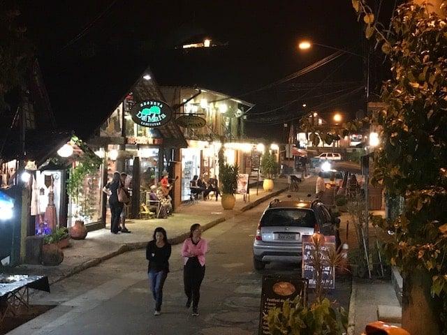 El pueblo de Maringá de noche con gente caminando