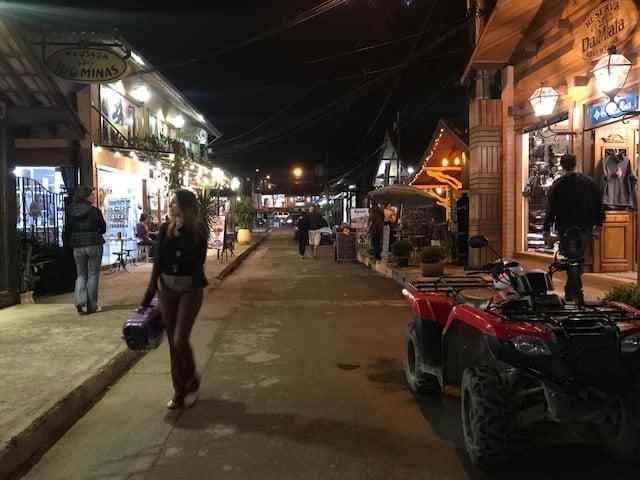 Rua da vila de Maringá a noite dornada pro restaurantes e bares