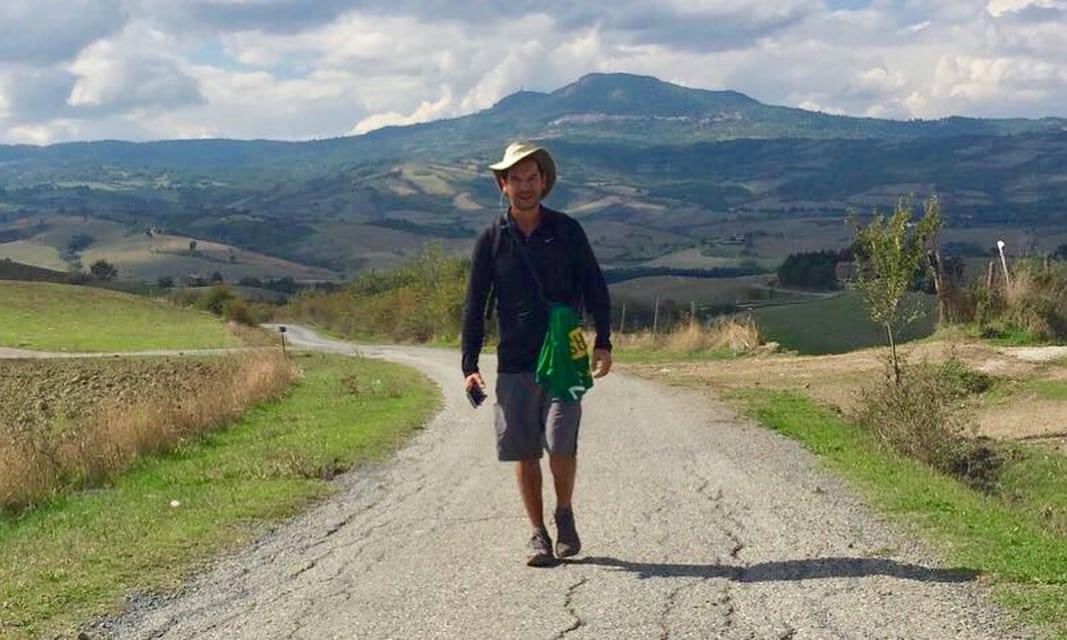 Homem de chapéu caminhando