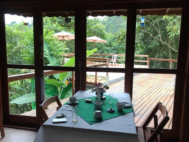Restaurante da Pousada di Stefano com muitas vidraças para o deck