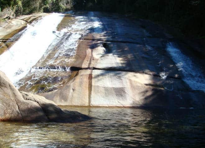 Cachoeira da Santa Clara, uma parede alta de pedra com águas cristalinas