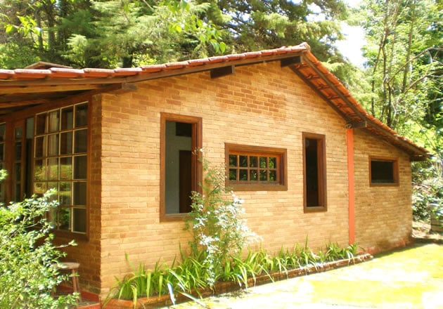 Casa de tijolos e janelas fechadas