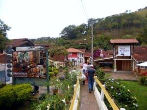 Pessoas atravessando a ponte de pedestres em Maringá