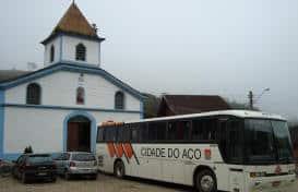 Ônibus em frente a Igreja na Praça da Maromba