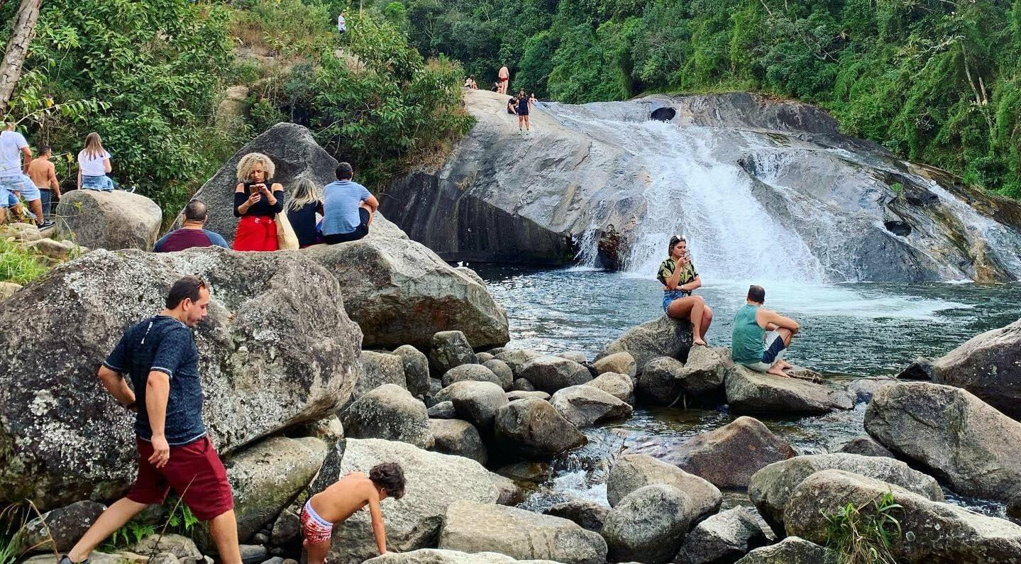Turistas em torno da Cachoeira do Escorrega em Visconde de Maua