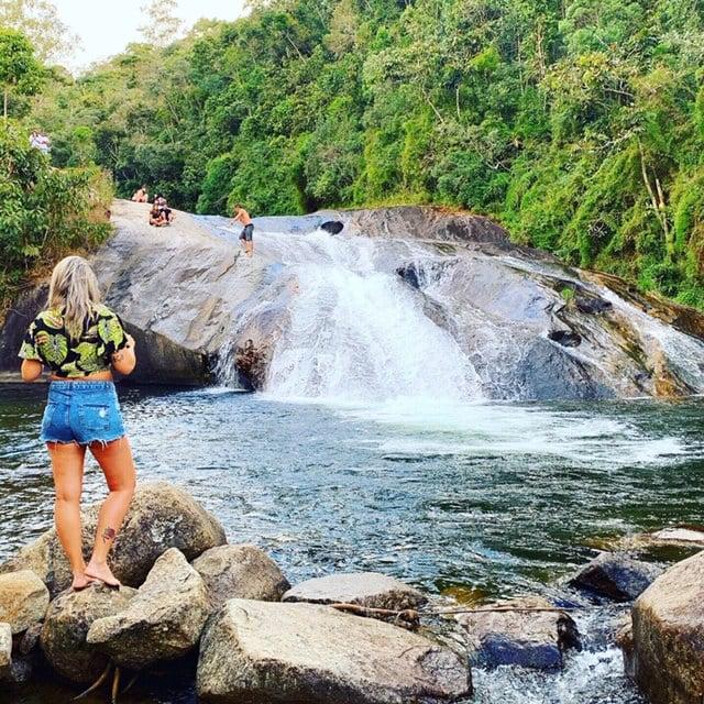 Mulher de costas na cachoeira do Escorrega em Visconde de Maua