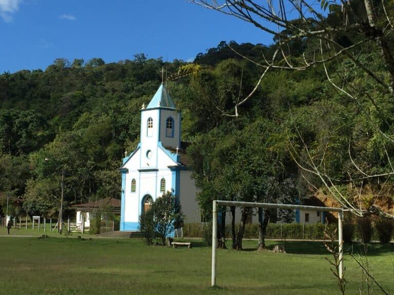 Igreja da Vila de Visconde de Mauá e campo de futebol na frente