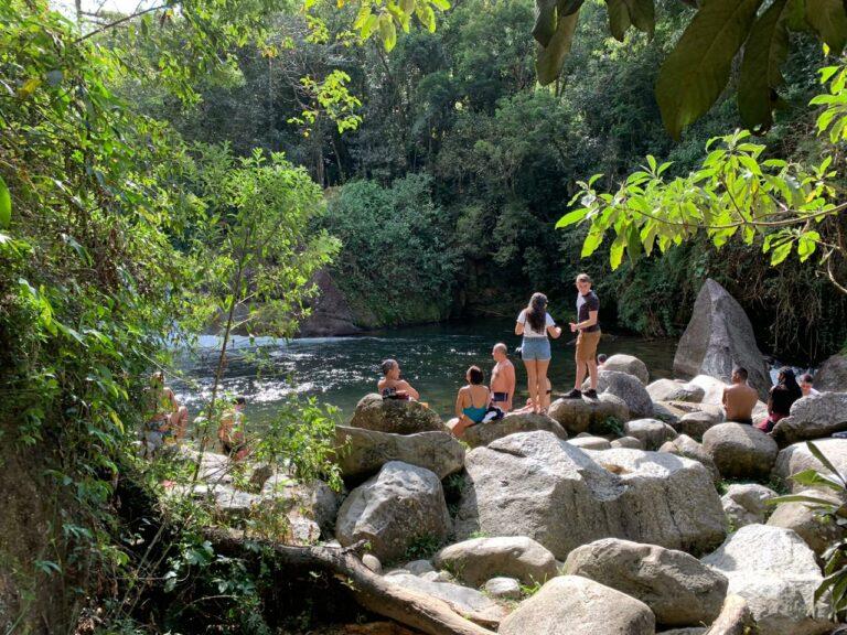 Grupo de pessoas em torno de uma Piscina natural em Visconde de Mauá