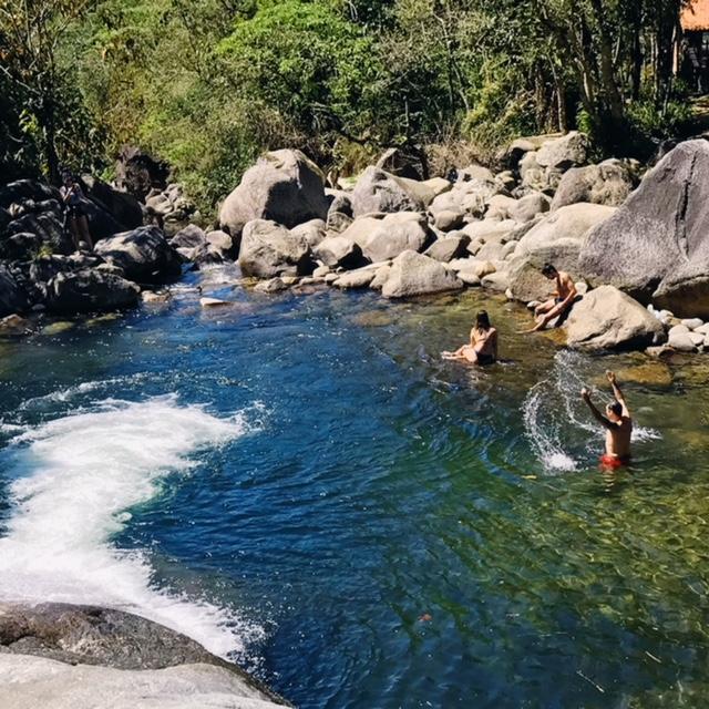 Rio de Visconde de Maua e suaPiscina natural com pessoas dentro