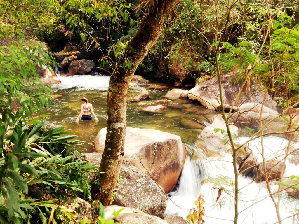 Mulher dentro do rio em Visconde de Mauá