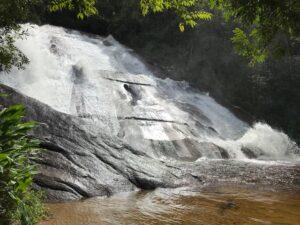 Cachoeira alta com suas águas descendo o paredão de pedra