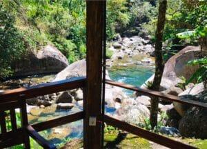 Quiosque da Pousada Jardim das Águas e o rio de Visconde de Mauá ao fundo