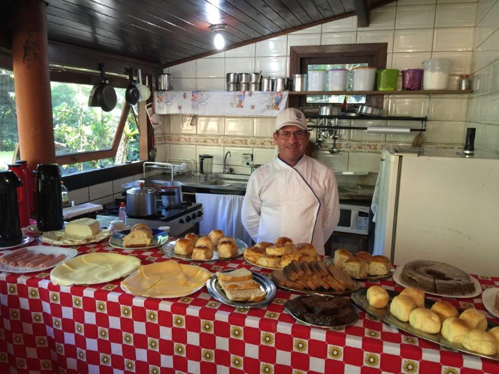 Cozinheira com seu Café da manhã e sede de uma pousada em Visconde de Mauá