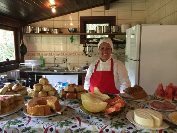 Cook at the inn in Visconde de Mauá and its sweets