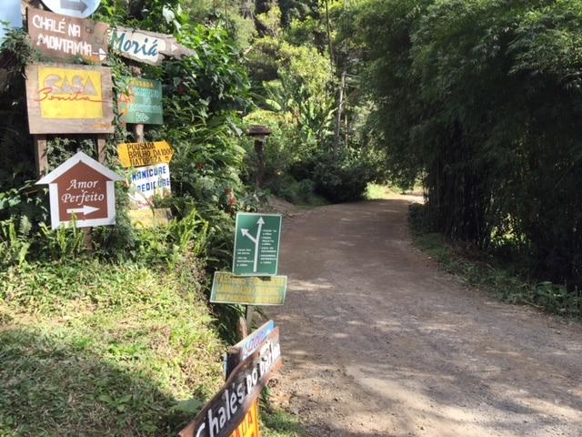 Estrada em cascalho na vila da Maromba