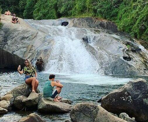 Turistas em torno da cachoeira em Visconde de Mauá
