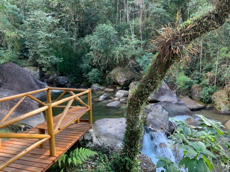 Deck de madeira sobre o rio em Visconde de Mauá