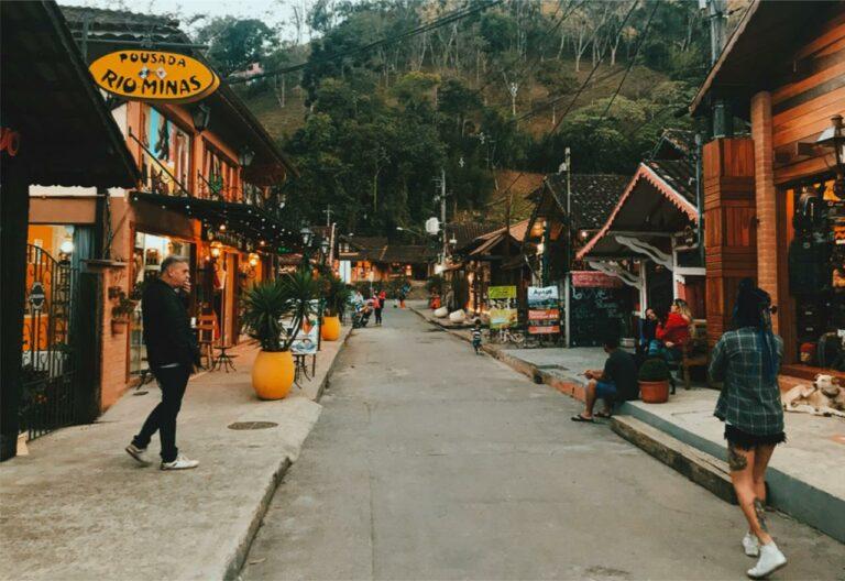 Rua do Meio com lojas na vila de Maringá em Visconde de Mauá