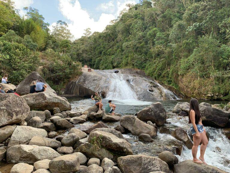 Menschen rund um den Wasserfall in Visconde de Mauá