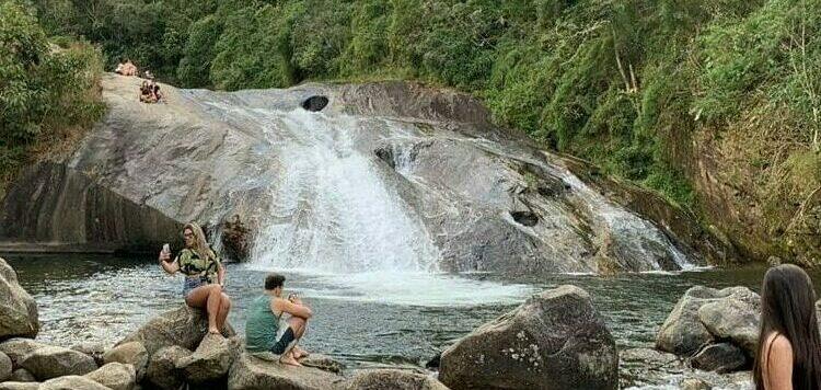 Turistas na cachoeiras em Visconde de Mauá
