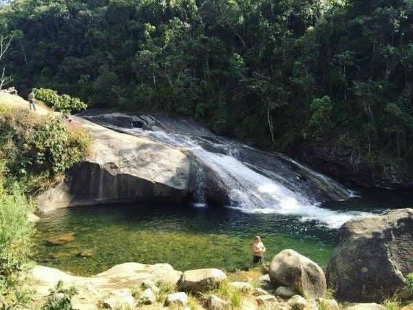 Homem na piscina natural em Visconde de Maua