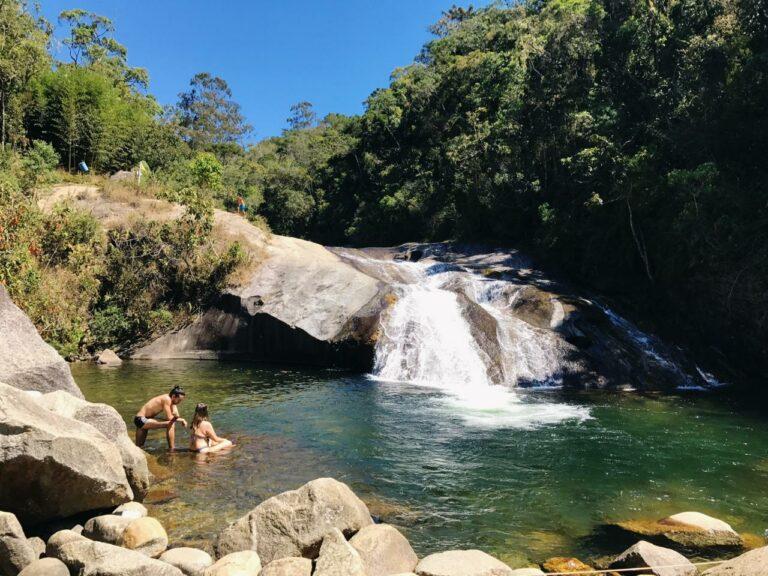 Casal no meio da cachoeira em Visconde de Mauá