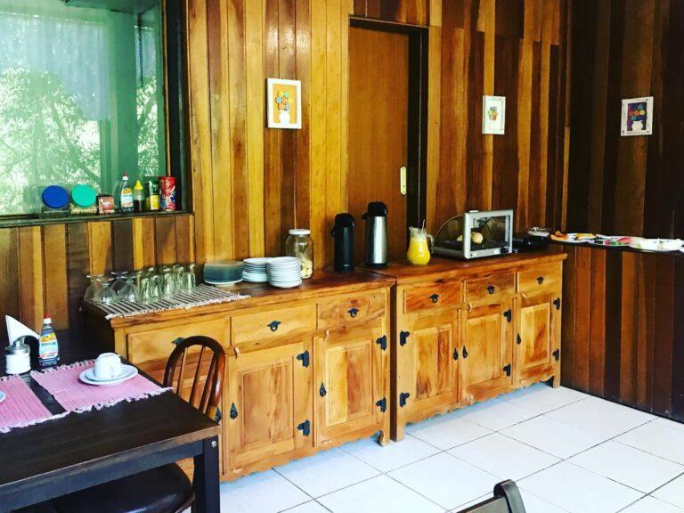 Sede com aparador em madeira e sucos na pousada em Maromba,