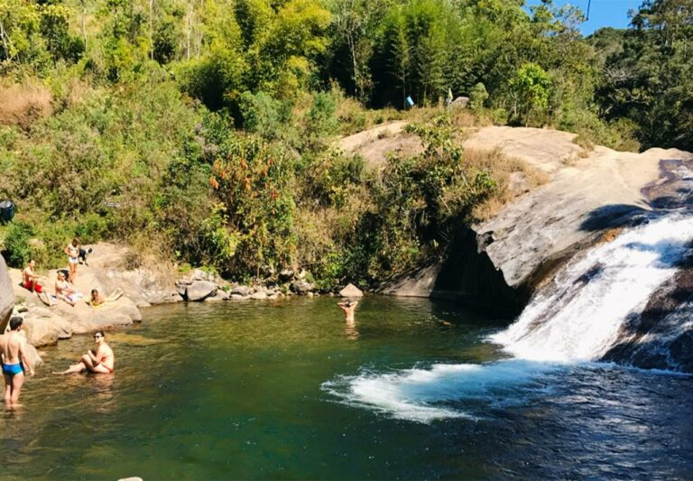 Pessoas dentro de uma piscina natural em Visconde de Mauá
