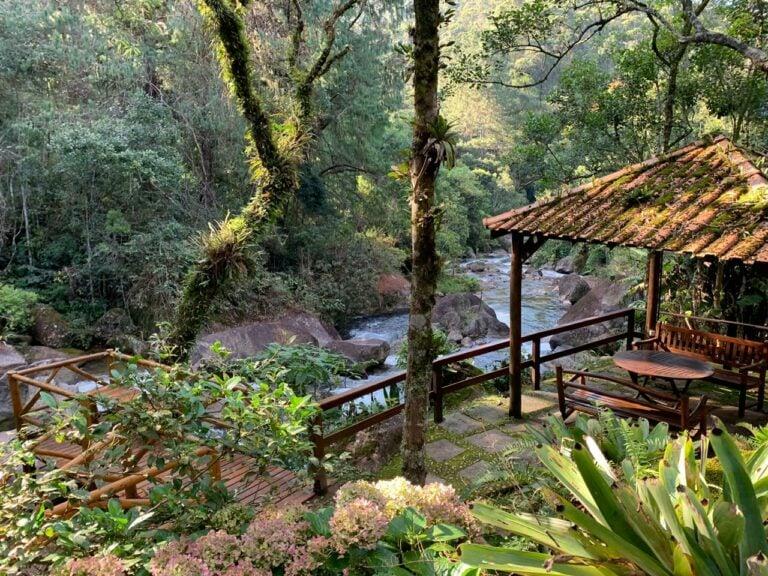 Rio e deck entre a mata da Pousada em Visconde de Mauá, Pousadas em Visconde de Mauá com cachoeiras