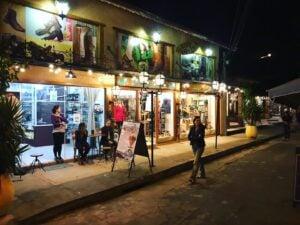 Vila de Maringá e suas lojas á noite em Visconde de Mauá