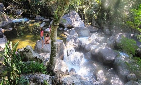 Rio e cachoeira de Visconde de Mauá cortando a pousada