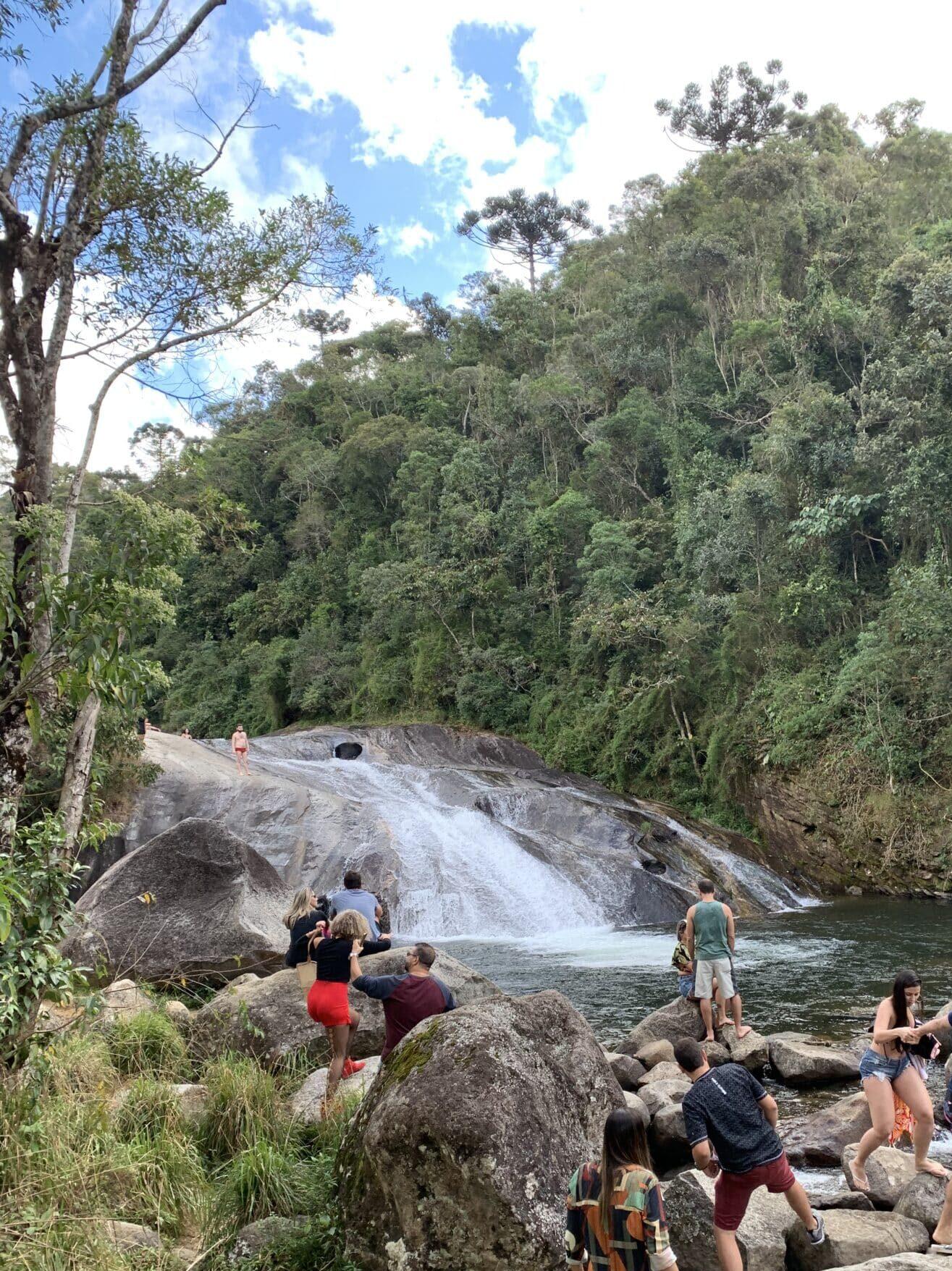 Pessoas na margem do rio de Visconde de Mauá