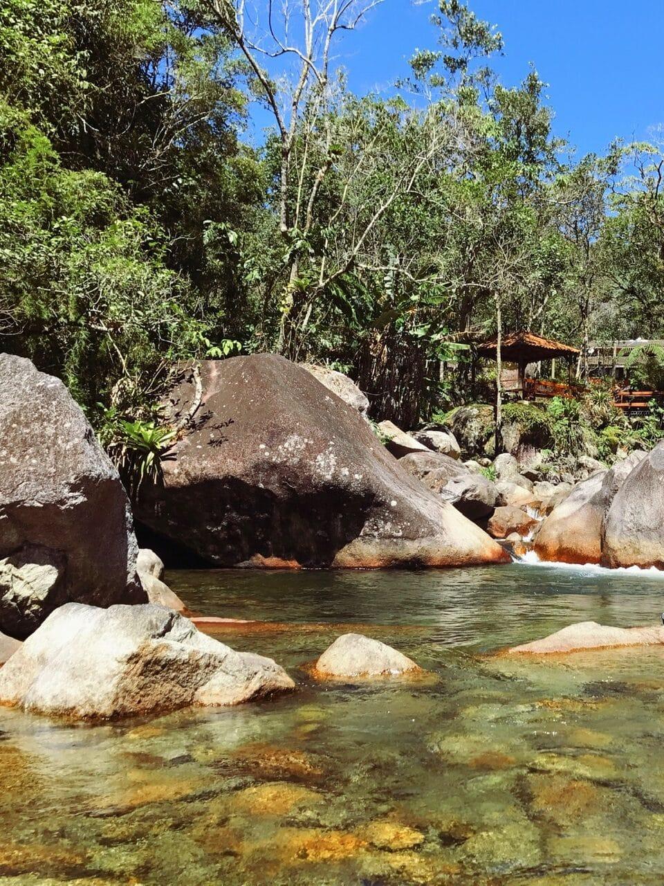 Rio com águas transparentes num leito de pedras em Visconde de Mauá