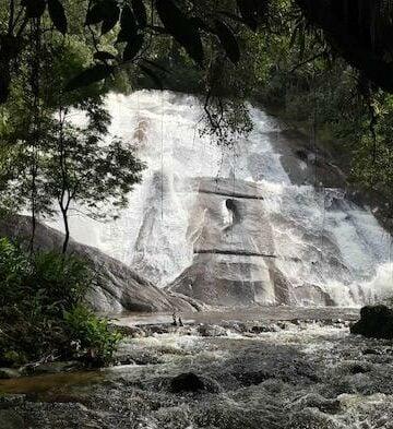 Agua descendo verticalmente em ucahoeira em Visconde de Mauá
