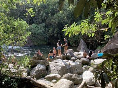 Pessoas em torno da cachoeira em Visconde de Mauá